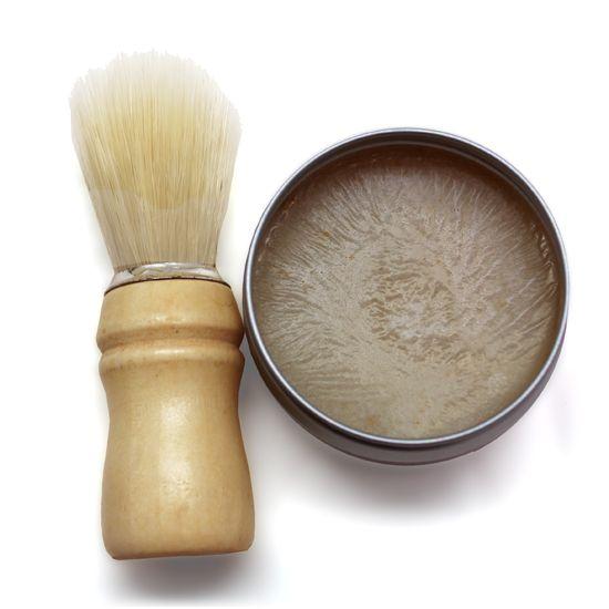 Hacer jabón de afeitado. Seguro que a muchos de vosotros/as se os había ocurrido hacer jabón de afeitado para regalar o para uno mismo pero no sabíais cómo… Nosotros nos hemos encargado de hacerlo y probarlo, y hemos decidido que es una de las mejores recetas. La bentonita junto con los aceites esenciales que hemos añadido dejan la piel fresca, limpia y sin irritaciones.