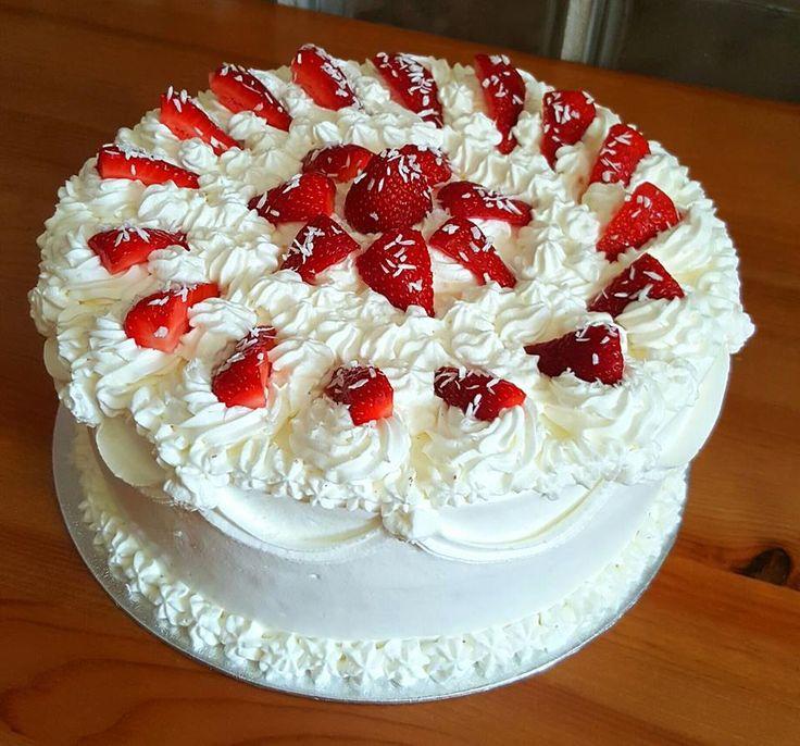 Torták és más finomságok: Magdolna torta - fehércsoki, eper, kókusz