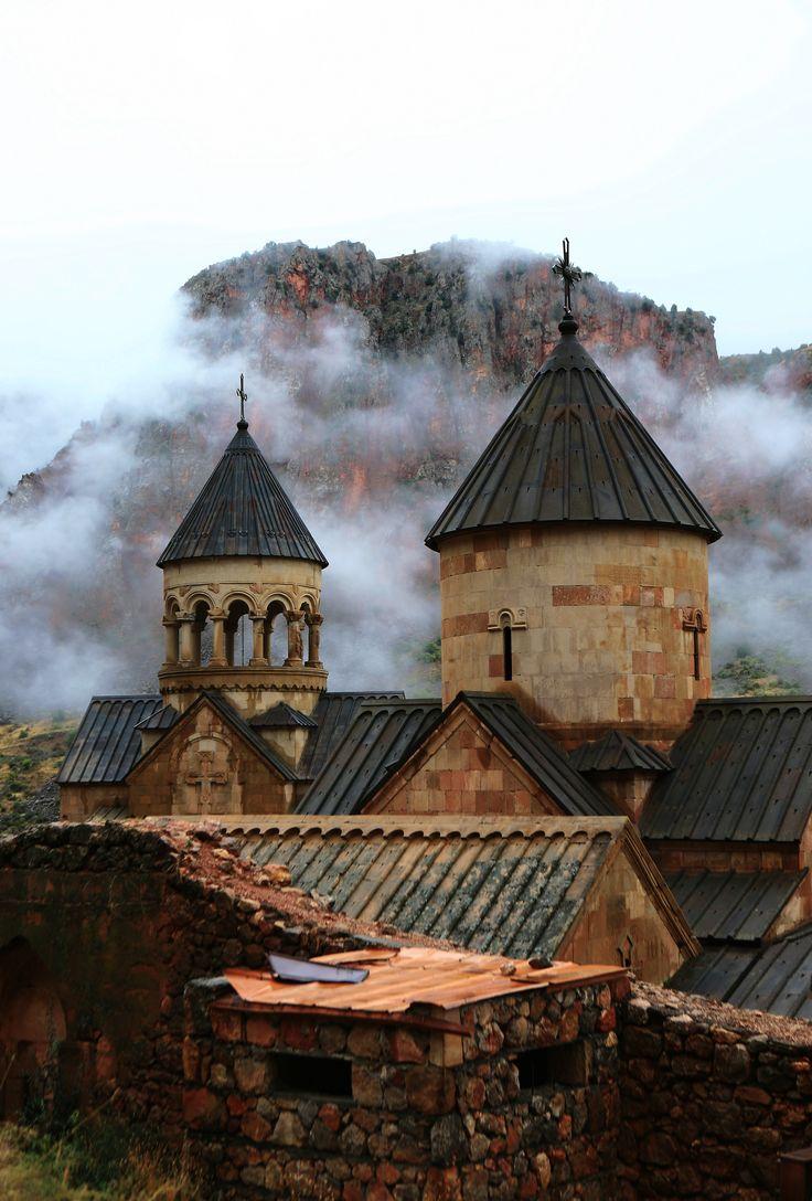 Армения, монастырь Нораванк. После дождя облака плавают у стен монастыря, а скала похожа на тлеющие угли. Невероятная красотища.