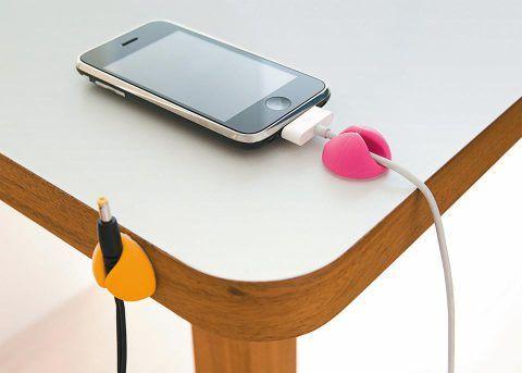 Nem só de monitor, processador e teclado vive uma mesa de trabalho. Ela também acomoda acessórios, como caixinhas de som e microfone, e basta desconectar um desses aparelhos para os fios caírem automaticamente no chão. Há produtos que impedem esse movimento, como estas pecinhas de borracha, que, ao serem coladas na superfície, seguram os condutores. Feitos de borracha flexível, os CableDrops (3,5 x 2 x 3,5 cm) levam adesivo na face inferior. Da Bluelounge. Fnac , R$ 35,90 o pacote com três…