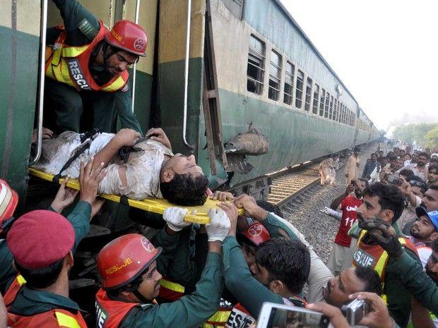 Ferido é retirado de trem que colidiu com outro trem no Paquistão (Foto: Khalid Chaudry / Reuters)