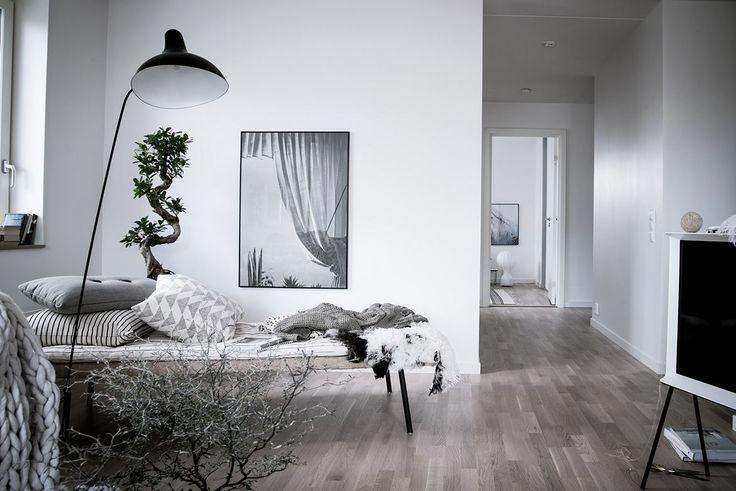Den vackra vitlaserade ekparketten fortsätter in i alla bostadens rum. Sonya Hedenbratts Gata 1 - Bjurfors