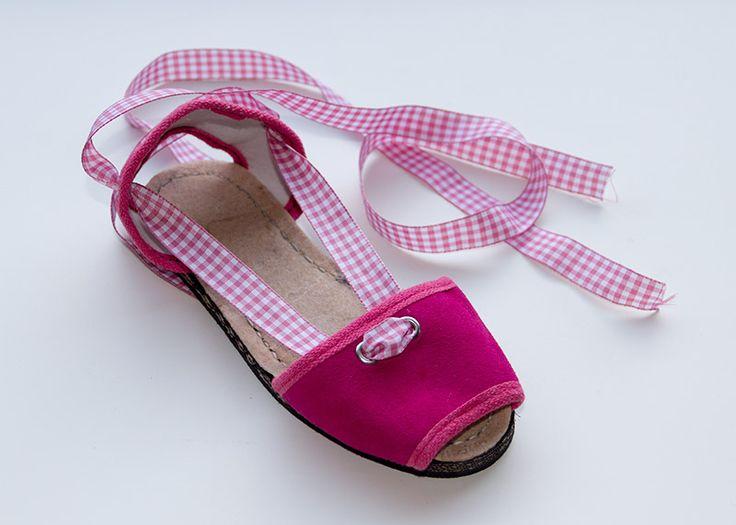 Albarca color fucsia de serraje, con cinta vichy rosa. A partir de 25€