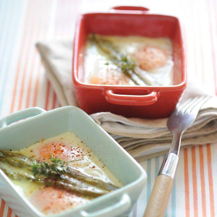 Découvrez la recette Œufs cocotte aux asperges vertes sur cuisineactuelle.fr.