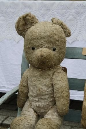 Vintage Teddy, so sweet, love the little wooden chair~❥