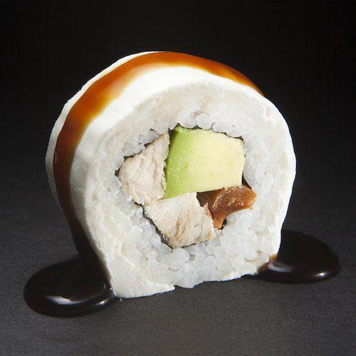 Almond White: Pollo teriyaki, almendras, palta, envuelto en queso crema y salsa unagui