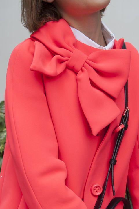 Punta su un soprabito elegante passepartout a trapezio stile Anni '60. I colori? Spazia dal nero, al rosso, rosa o verde scuro oppure vira verso le stampe ma senza esagerare.