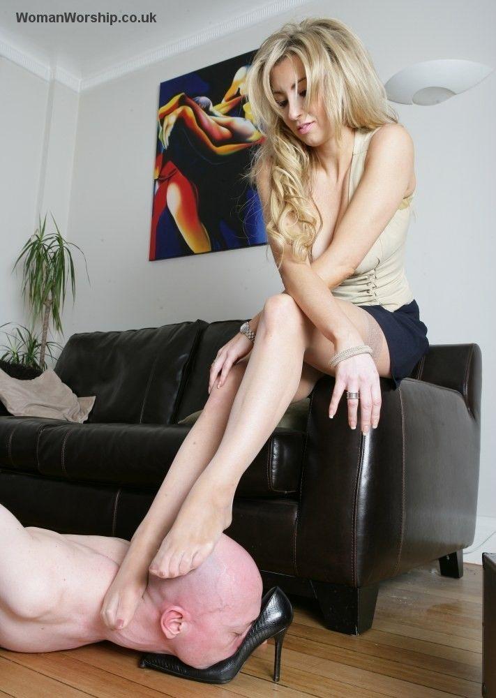 Esclavo de ama sexy en cuero y botas de tacon alto - 1 1