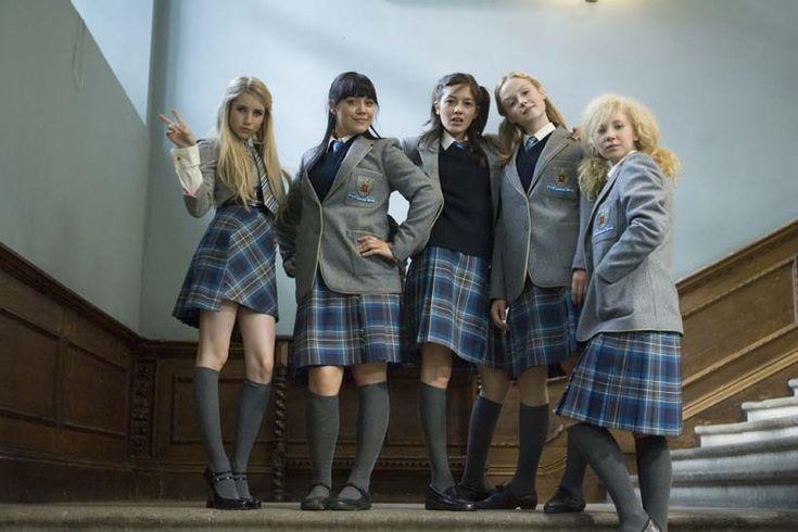 Wild Child: Poppy (Emma Roberts), Josie (Linzey Cocker), Kiki (Sophie Wu), Kate (Kimberley Nixon) und Drippy (Juno Temple) in Internatsuniform