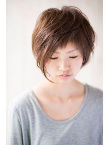 前髪は短くザクっとラフに、サイドはアシンメトリーに。一見するとすごく個性的で難しそうに見えるかもしれませんが、ゆるいパーマのおかげでササッと整えるだけで動きのある素敵なヘアスタイルに。女子が一番気になる前髪の長さは自分の顔の形やおでこの形を美容師さんと相談しながら決めていけば失敗もないはずです。