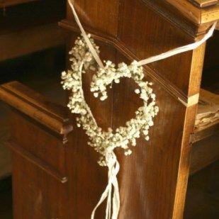 Serduszka uplecione z gipsówki na ławkach w kościele