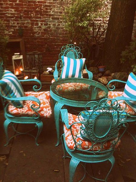 Estos muebles de jardín son brutales pero encima el contraste del turquesa con los textiles en naranja, le dan un toque brutal