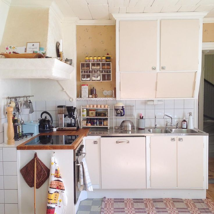 Tidsmixat kök: Murad spiskåpa från 1911, tapet från 1930-talet, funkisskåp med 1990-talskulör. Foto: Erika Åberg. Instagram: erikashus #gamla #hus #byggnadsvård #restaurering #funkis #kök #tapet #spiskåpa #diskbänk