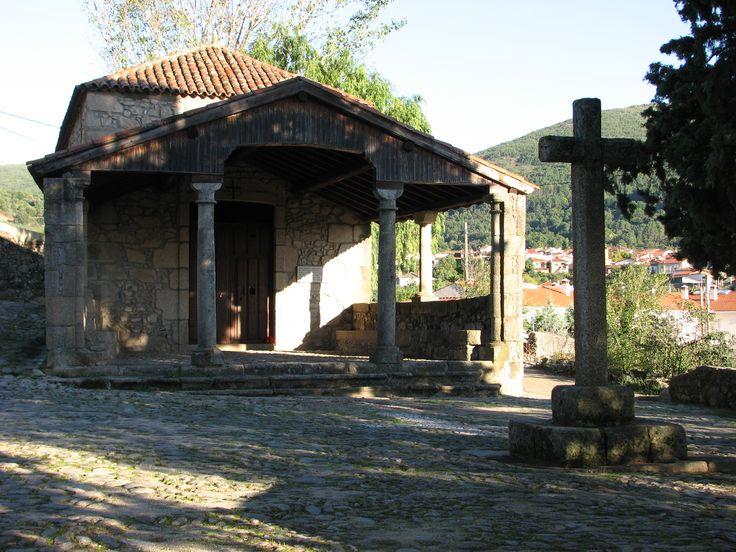 Ermita de la Cruz Bendita, junto al convento de San Miguel, convertido en moderna hospedería.