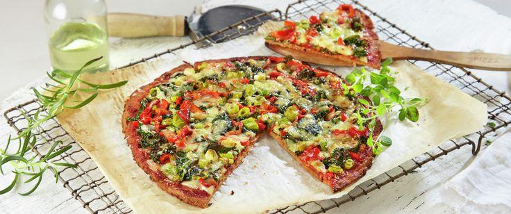 Kjempegod og spennende pizza hvor bunnen er laget bl.a. av blomkål og havregryn. Deilig grønnsakfyll med hjemmelaget tomatsaus og grønnkål.