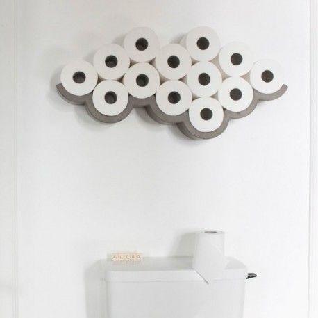 Cloud M - Etagère pour papier toilette. Design Bertrand Jayr  Apporter poésie, humour et singularité à ces espaces qui en sont, le plus souvent, dépourvus. Cette étagère design, aux lignes courbes, graphiques et épurées, associée aux rouleaux de papier toilette, délibérément affirmés et non plus dissimulés, prend peu à peu la forme d'un nuage. Béton naturel. #Deco #Beton #Design #Contemporain #designer #interieur