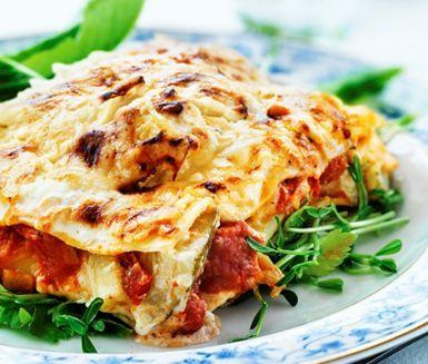 En vegetarisk variant på lasagne där du byter ut köttet mot en fyllig tomatsås och varvar med en mumsig crème fraichesås med zucchini. Efter att smakerna får berikas i ugnen blir lasagnen suveränt god.