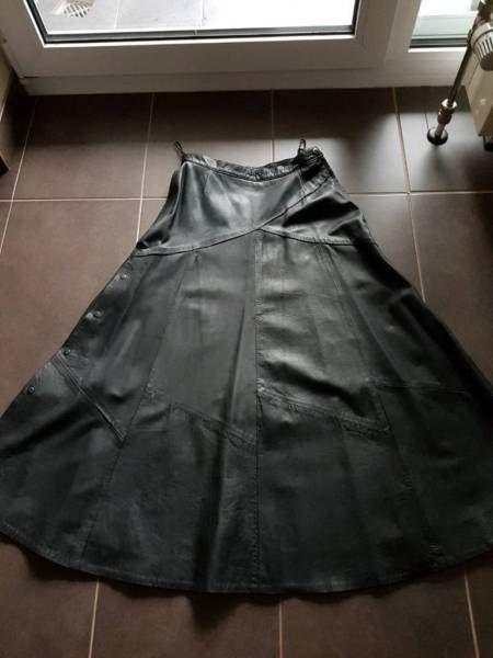 Verkaufe einen neuen Lederrock schwarz gefüttert Grösse 38.Der Rock kann links und rechts mit jeweils 5 Druckknöpfen zu einem Gehschlitz geöffnet werden individuell