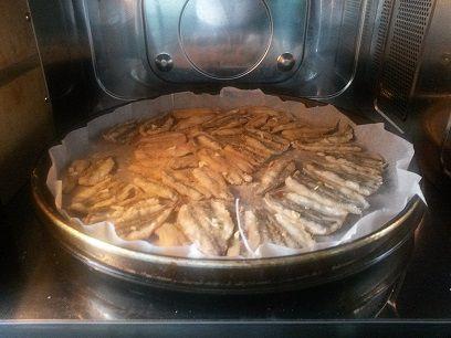 Ricetta alici con il piatto crisp del microonde. Per cucinare le alici è necessario un forno che abbia in dotazione la funzione ed il piatto crisp.