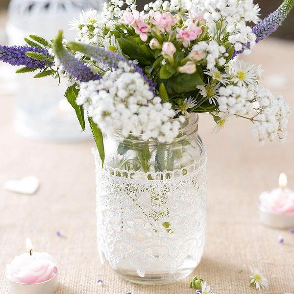 Deko-Glas mit Spitzenverzierung im Vintage Stil als hübsche Dekoration für die Tischdeko zur Hochzeit.