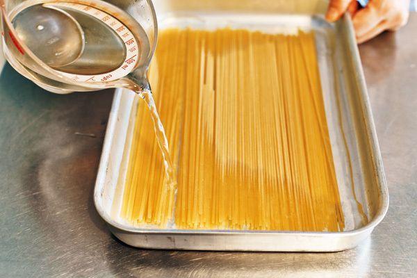 スパゲティはゆでず、水に浸すだけ! 生パスタのようなもちもち食感を楽しめる水漬けスパゲティのレシピをご紹介!
