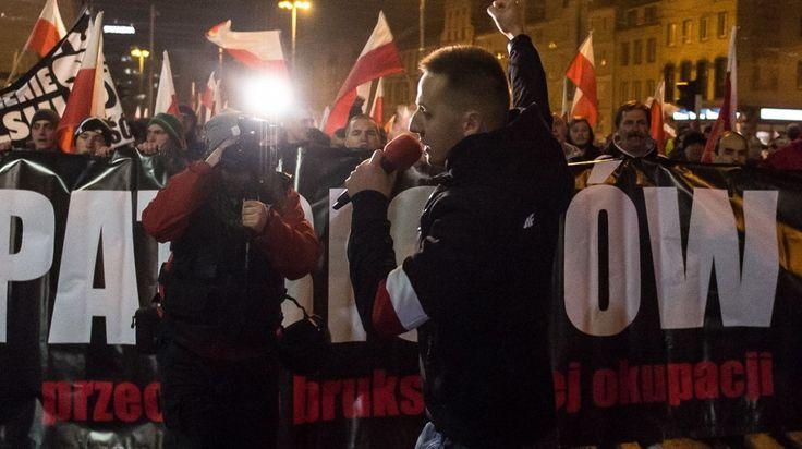 Były ksiądz katolicki i aktywista narodowy Jacek Międlar poinformował w sobotę wieczorem na portalu Facebook, że wraca do Polski, ponieważ odmówiono mu wjazdu do Wielkiej Brytanii.