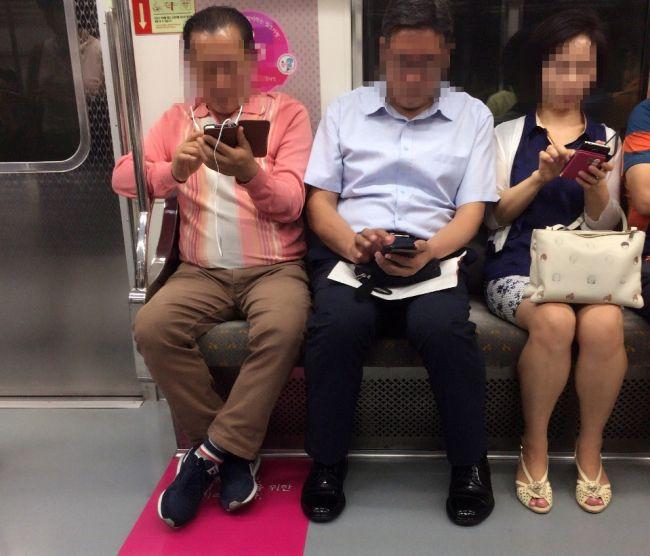 Strange pecking order of the vulnerable in Korean subways  Priority seats for pregnant women futile against social stigmatization, prerogative of seniors