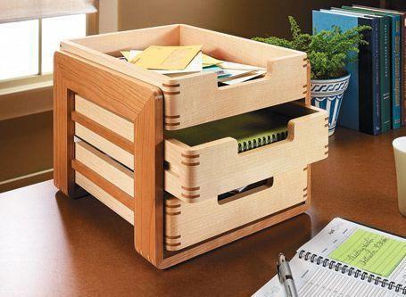 Mit identischen Fächern lässt sich dieser stilvolle Schreibtisch-Organizer schnell zusammenbauen. Aber die jo …