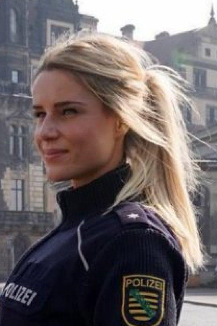 Blonde Polizistin