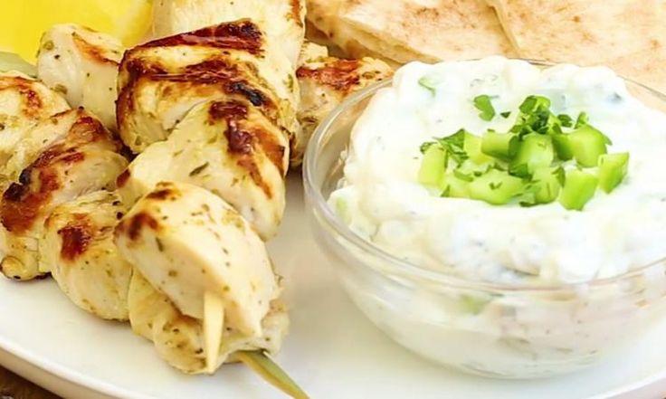 Seulement 10 minutes dans la marinade! Voici comment cuisiner les meilleurs souvlakis à la grecque que vous aurez mangés dans votre vie