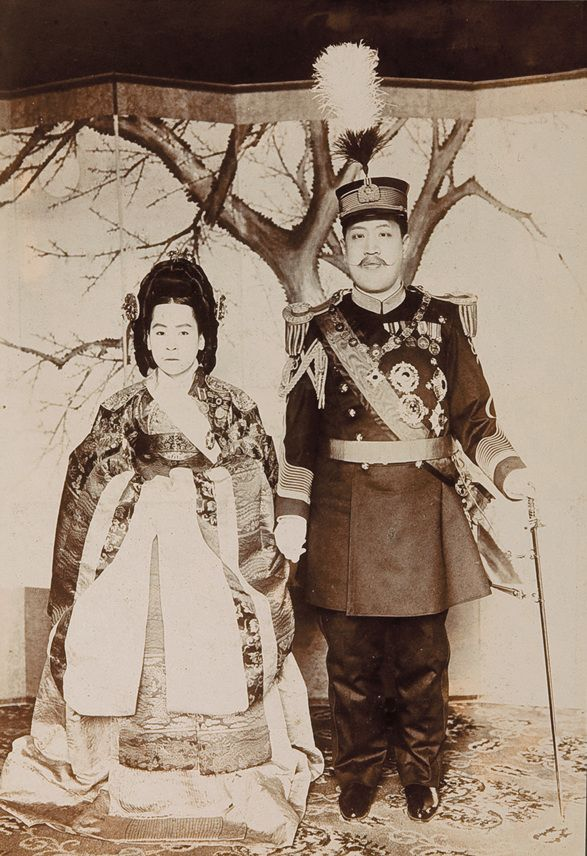 Emperor Sunjong and Empress Sunjeonghyo, 1907, Photo Album of the Imperial Family, 21x28.5cm, ca.1909, Collection of The Museum of Photography, Seoul