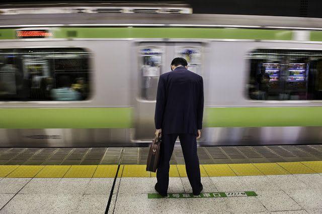 No Japão morre-se de tanto trabalhar e até há uma palavra para isso http://palavrasdoabismo.blogspot.pt/2016/10/as-coisas-que-se-aprendem-26-karoshi.html #karoshi #trabalho #japão