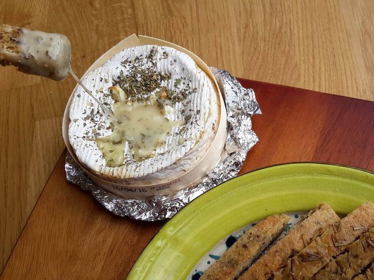 Onweerstaanbaar lekker deze camembert kaasfondue en zo bizar simpel. Dat maakt het het extra verleidelijk, dus wees verstandig en eet dit niet té vaak.