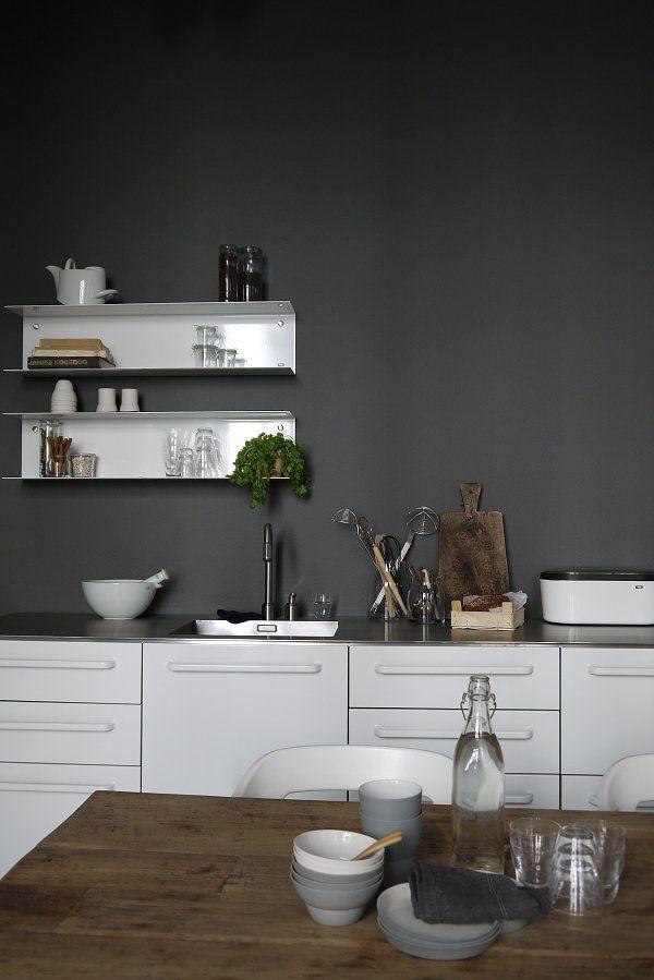 Meubles blancs et plan de travail très fin en inox - le murs gris foncé donne beaucoup de personnalité à l'ensemble. #white #kitchen