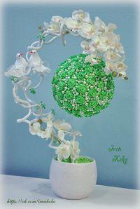Высота 43 см, диаметр шара 17 см. В работе использованы: керамическое кашпо, текстильная орхидея, засахаренные веточки, розы из атласных лент, бусины, птицы, рафия, декоративный грунт.