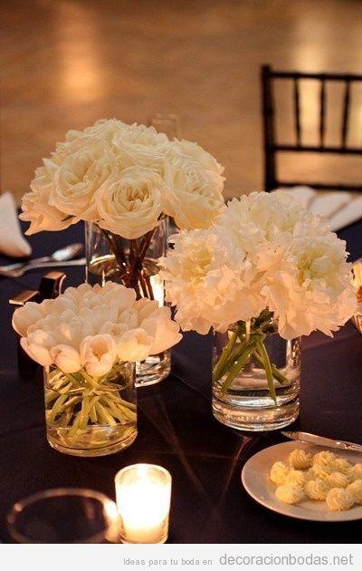 Centro de mesa boda, sencillo y original, jarrones con flores blancas