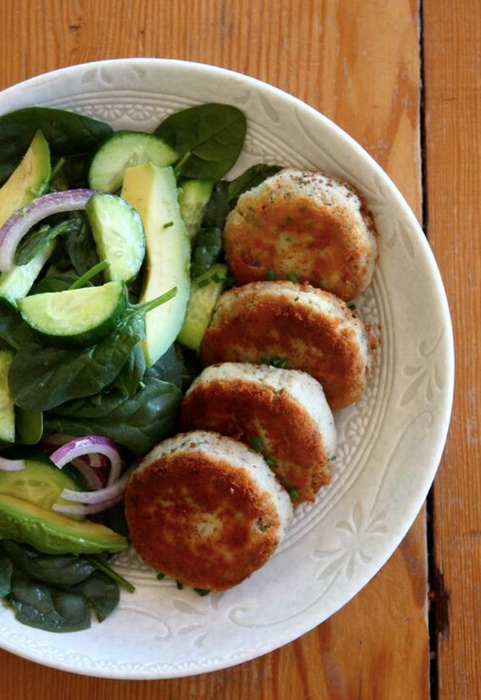 Fancy something a bit delicious crispy but still healthy? Simple salmon cakes.