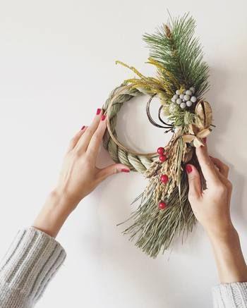 最後に、お正月飾りを出す時期と処分方法をご紹介します。 クリスマスの飾り付けが終わるのが12月25日頃ですね。お正月飾りは、もちろんすぐに出してもいいのですが、一般的には12月27日以降が多いようです。 そして気をつけたいのが、12月29日と、大晦日の31日を避けることです。29日は「9(苦)」がつくため、31日は「一夜飾り」として縁起が良いものではないからですね。 大掃除が終わった28日や30日頃がおすすめです。