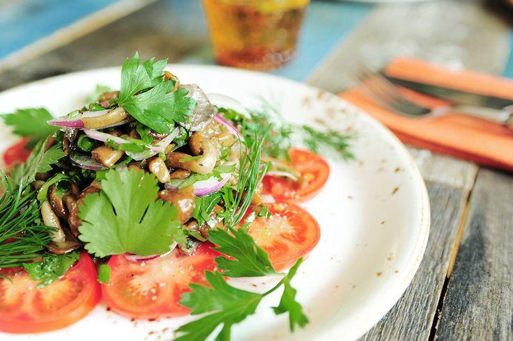How to Green | Рецепт легкого салата с томатами и вешенками