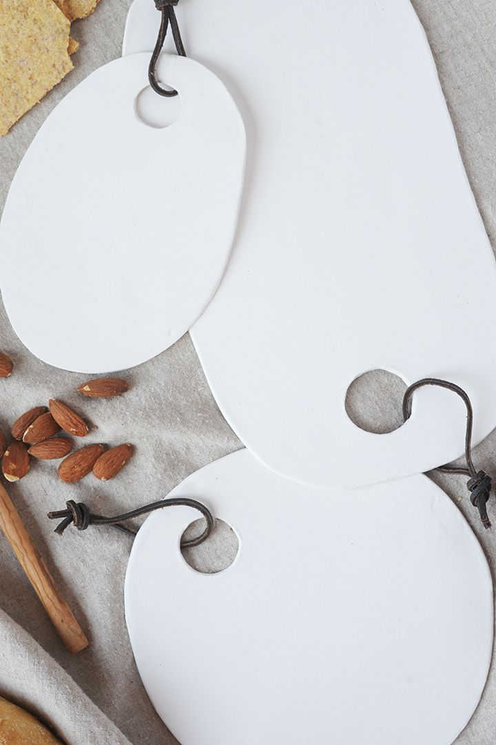 Make these simple air dry clay platters out of air dry clay.