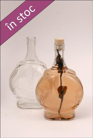 Sticla 1 L Fleaga, utila pentru a se servi bauturi alcoolice precum: vin, tuica, vodca, visinata, etc.