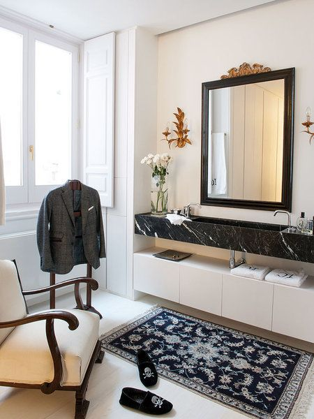 Cuarto de baño con pieza de mármol negro