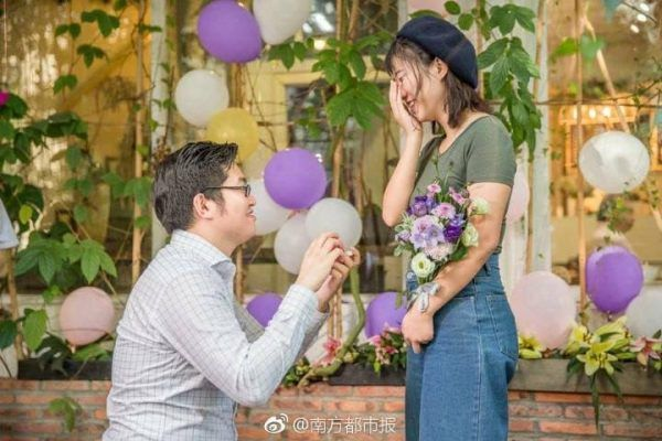 Man Proposes To Girlfriend With 25 Brand New iPhone Xs | Photos