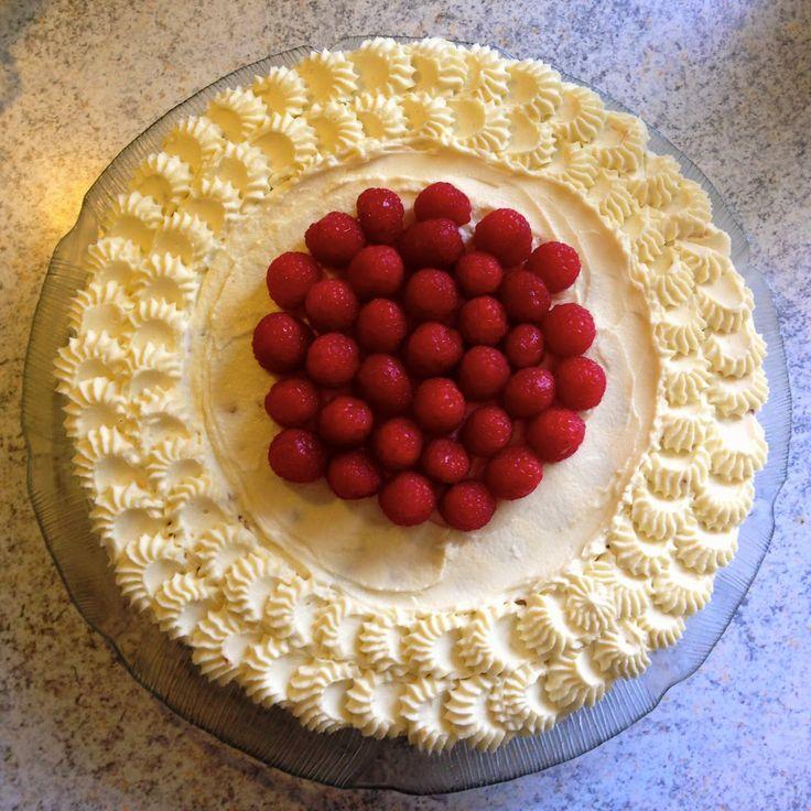 Fødselsdagslagkage med hindbær og hvid chokolade