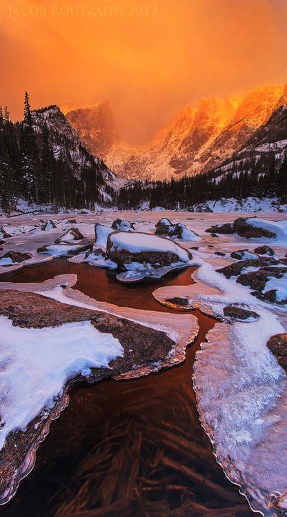 El cielo arde bajo un manto nevado -Landscape mountain