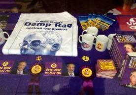 11-Apr-2015 20:39 - BRITSE ANTI-EUROPA-PARTIJ KNOKT VOOR PARLEMENTSZETELS. Nigel Farage, de leider van de anti-EU-partij UKIP, voert dit weekend intensief campagne in zijn eigen kiesdistrict. Daar moet hij alle zeilen bijzetten om tijdens de Britse verkiezingen op 7 mei een parlementszetel te bemachtigen. Hij riep honderden UKIP-leden uit heel Groot-Brittannië op naar South Thanet te komen, aan de zuidoostkust van Engeland. Massaal trokken de vrijwilligers langs de deuren om inwoners...