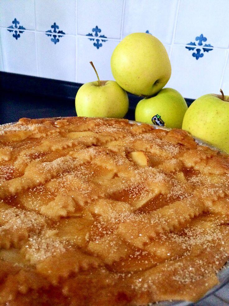 Crostata con crema,ricoperta da una superficie di mele,gelatina di albicocche e zucchero di canna!