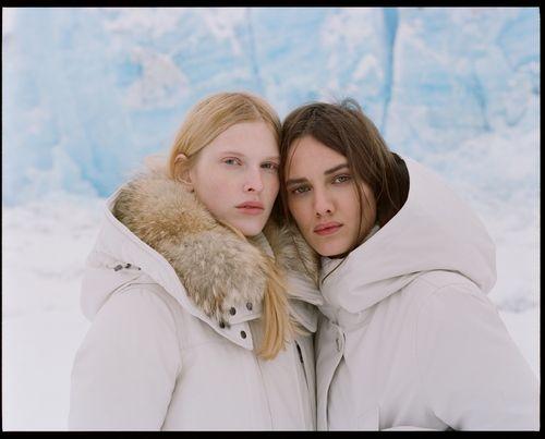 Protagonista della collezione donna Alaska AI 2017 di Woolrich John Rich & Bros è l'Arctic Parka, il modello iconico del famoso marchio americano outdoor