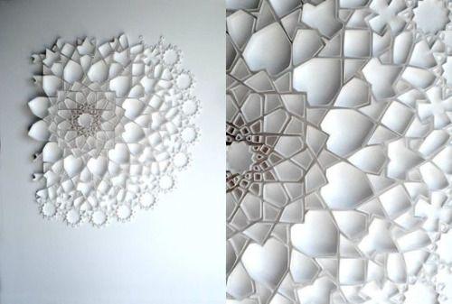 Matt Shlian : paper sculture Voici un magnifique travail artistique qui sublime les motifs islamiques. Ces pliages en papier reprend les codes de l'art islamiques pour en faire des bas-reliefs à la fois complexe dans leur forme et sobre de part le...