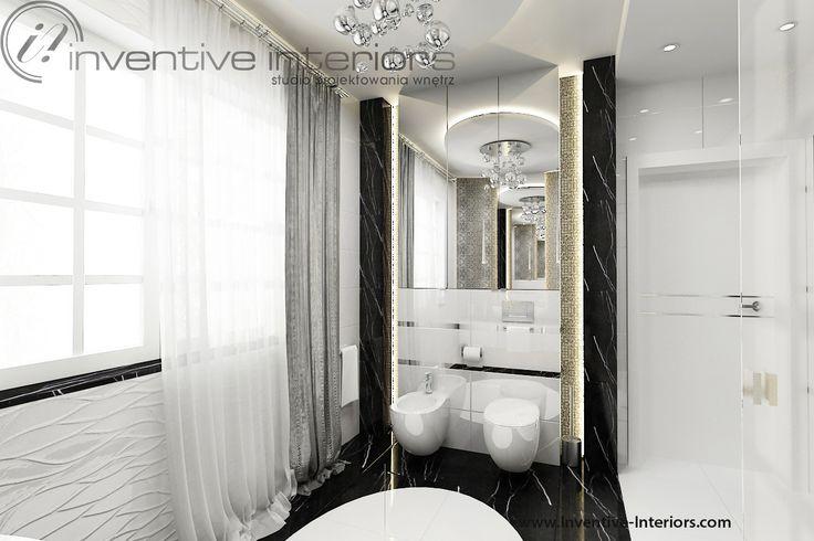 Projekt łazienki Inventive Interiors - biało czarna łazienka z marmurem, luksusowy żyrandol i srebrna zasłona